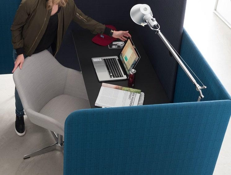 Abstand im Büro durch Stellwände