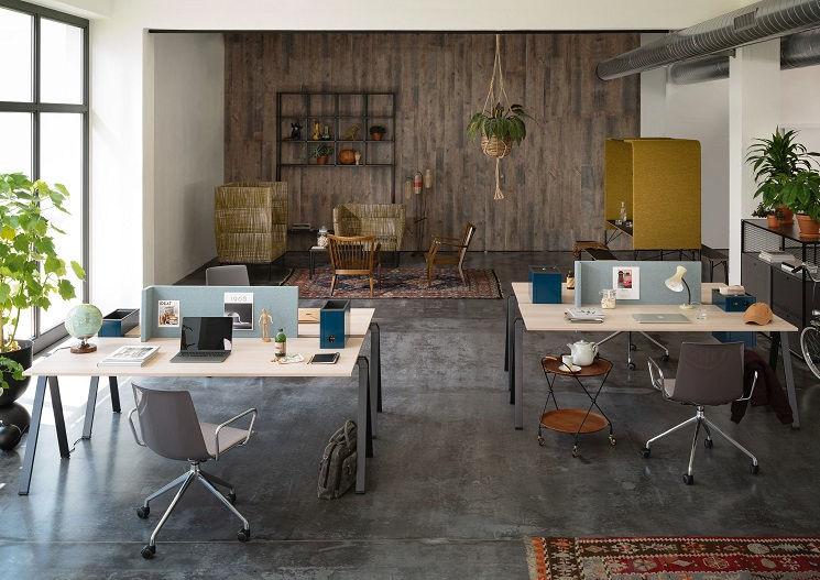 Modern eingerichtetes Büro mit Loungeecke