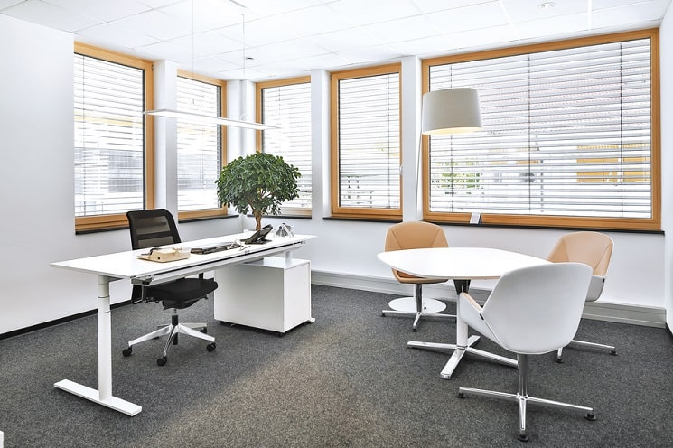 Bueroeinrichtung mit foxx Steh-Sitz-Schreibtisch