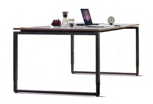 exklusiver Schreibtisch mit Kufengestell