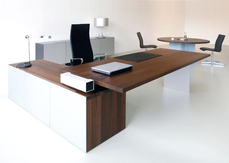 moderner Eckschreibtisch aus Holz in Managementbüro