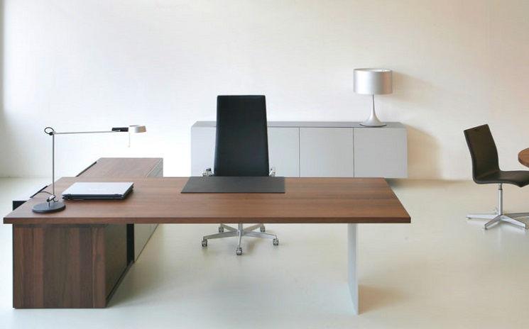 Managementbüro mit Eckschreibtisch aus Holz