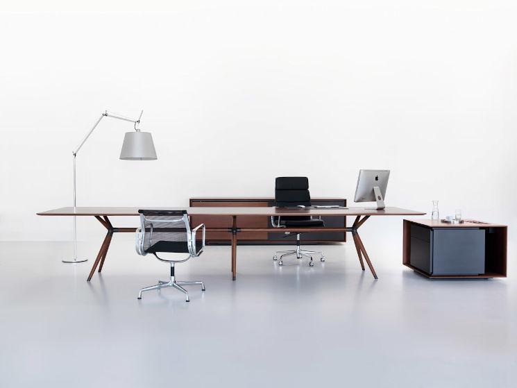 Büroschränke und Schreibtisch aus Holz in Chefbüro