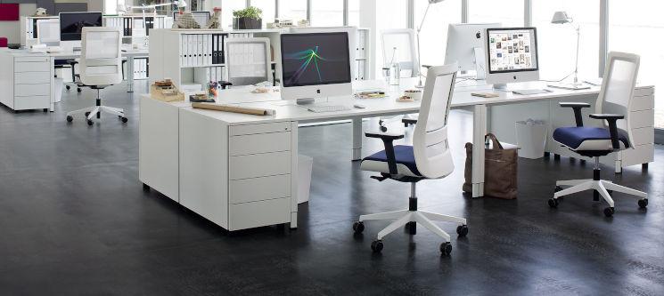 Weiße, moderne Büromöbel in Großraumbüro