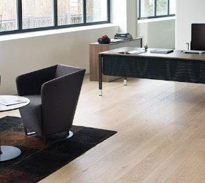 Schreibtische und Sideboards pure für das Managementbüro